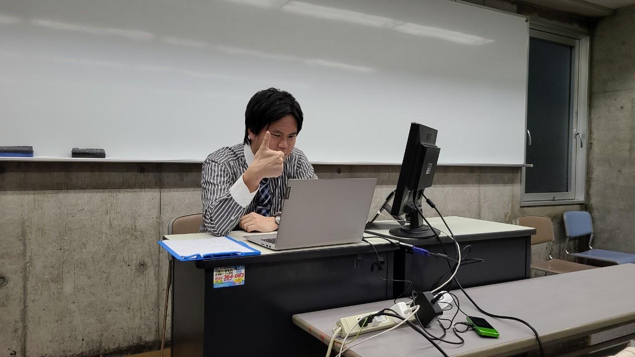 20200504abe反応スタンプ「グー」をジェスチャーする有田先生.jpg